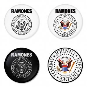 ของที่ระลึกวง Ramones เลือกด้านหลังได้ 4 แบบ เข็มกลัด, แม่เหล็ก, กระจกพกพา หรือ พวงกุญแจที่เปิดขวด 1 แพ็ค 4 ชิ้น [12]