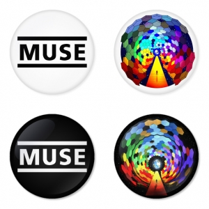 ของที่ระลึกวง Muse เลือกด้านหลังได้ 4 แบบ เข็มกลัด, แม่เหล็ก, กระจกพกพา หรือ พวงกุญแจที่เปิดขวด 1 แพ็ค 4 ชิ้น [11]