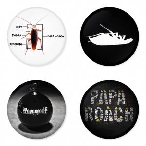 ของที่ระลึกวง Papa Roach เลือกด้านหลังได้ 4 แบบ เข็มกลัด, แม่เหล็ก, กระจกพกพา หรือ พวงกุญแจที่เปิดขวด 1 แพ็ค 4 ชิ้น [11]