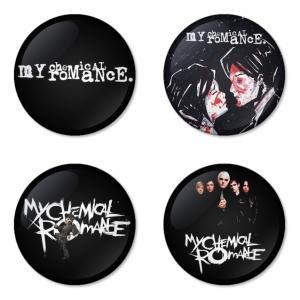 ของที่ระลึกวง My Chemical Romance เลือกด้านหลังได้ 4 แบบ เข็มกลัด, แม่เหล็ก, กระจกพกพา หรือ พวงกุญแจที่เปิดขวด 1 แพ็ค 4 ชิ้น [12]