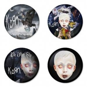 ของที่ระลึกวง Korn เลือกด้านหลังได้ 4 แบบ เข็มกลัด, แม่เหล็ก, กระจกพกพา หรือ พวงกุญแจที่เปิดขวด 1 แพ็ค 4 ชิ้น [4]