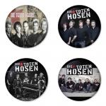 ของที่ระลึกวง Die Toten Hosen เลือกด้านหลังได้ 4 แบบ เข็มกลัด, แม่เหล็ก, กระจกพกพา หรือ พวงกุญแจที่เปิดขวด 1 แพ็ค 4 ชิ้น [5]
