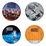 ของที่ระลึกวง Muse เลือกด้านหลังได้ 4 แบบ เข็มกลัด, แม่เหล็ก, กระจกพกพา หรือ พวงกุญแจที่เปิดขวด 1 แพ็ค 4 ชิ้น [1]