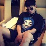 เสื้อยืดแขนสั้นสีดำเกาหลี EXO พิมพ์รูปคนด้านหน้า ทรงหลวม