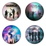 ของที่ระลึกวง Coldplay เลือกด้านหลังได้ 4 แบบ เข็มกลัด, แม่เหล็ก, กระจกพกพา หรือ พวงกุญแจที่เปิดขวด 1 แพ็ค 4 ชิ้น [10]