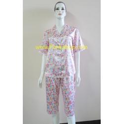ชุดนอนกางเกงขาสามส่วนผ้าซาติน ขนาดฟรีไซส์ แบบลายดอกสีชมพู รอบอกเสื้อ 40 นิ้ว