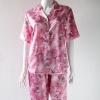 ชุดนอนกางเกงขาสามส่วนผ้าซาติน ขนาดฟรีไซส์ แบบลายช่อดอกไม้ สีชมพู รอบอกเสื้อ 40 นิ้ว