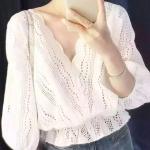 เสื้อสีขาว ลายฉลุน่ารักมาก คอ V งานสวยผ้าฝ้าย แต่ควรใส่เสื้อกล้ามด้านในอีกหน่อยนะคะ เอวสมอคยืด งานใส่กับกระโปรงหรือกางเกงก้อได้สวยๆเลยจ้า