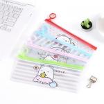 กระเป๋าใส่ปากกาดินสอนักเรียน ซองพลาสติกพิมพ์ลายการ์ตูนเกาหลีน่ารัก มี 4 สี เขียว แดง ฟ้า ชมพู ขนาด 22*9.3 ซม.