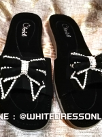 รองเท้าแตะสีดำ พื้นบุนุ่มกำมะหยี่ งานสวย ประดับเพชรรูปโบว์ด้านหน้า ใส่ได้หลายโอกาสจ้า ใส่ทำงาน เดินห้าง ช้อปปิ้ง รับลูก ได้หมดจ้า ใส่สบายๆ