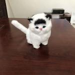 ตุ๊กตาจำลองแมวนั่ง สีขาวหูสีดำ 11x15 CM [มีเสียง]