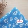 ผ้าคอตตอนไทย 100% 1/4 ม.(50x55ซม.) พื้นสีฟ้า ลายดอกชบาสีขาว