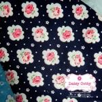 ผ้าคอตตอน 100% 1/4 ม.(50x55ซม.) พื้นสีกรมท่า ลายดอกกุหลาบ