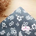 ผ้าคอตตอนไทย 100% 1/4 ม.(50x55ซม.) พื้นสีเทา ลายดอกชบาสีขาว
