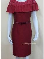 ชุดแซกผ้าไหมญี่ปุ่นอัดกาวทั้งตัว แต่งด้วยลูกไม้นอกสอดดิ้น ระบายผ้าชีฟองด้านหน้าและหลัง ซิปหลัง สีแดงเลือดหมู เบอร์38