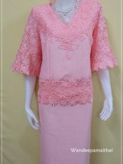 ชุดผ้าไหมญี่ปุ่นแต่งด้วยลูกไม้นอก ระบายผ้าแก้ว แขนสามส่วน เสื้อ+กระโปรงยาว เบอร 44 สีชมพู
