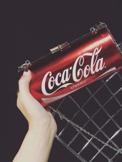กระเป๋าสะพายข้างใบเล็ก ทรงกระป๋อง Coca-Cola สายห่วงโซ่