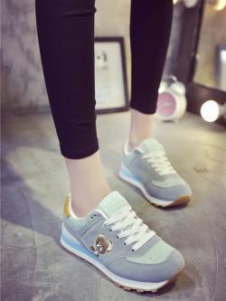 รองเท้าผ้าใบกีฬาผู้หญิงผูกเชือกดีไซน์ปักตุ๊กตาหมีส้นแบน สไตล์เกาหลี