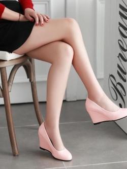 รองเท้าส้นสูงส้นเตารีดหนังมันวาว ดีไซน์เรียบหรูสไตล์สาวหวาน