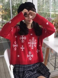 เสื้อสเวตเตอร์แขนยาวสีแดง แต่งลายคริสต์มาส