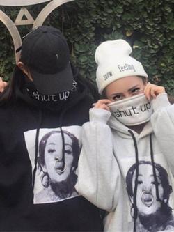 ชุดคู่รักเกาหลี เสื้อฮู้ดกันหนาวแขนยาว แต่งผ้าคาด Shut Up มี2สี