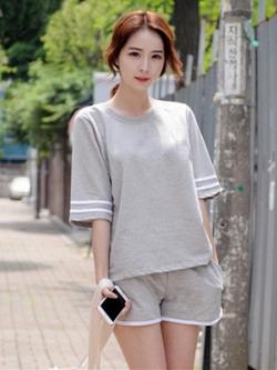 ชุดออกกำลังกายเกาหลี แต่งแถบแขนเสื้อ เสื้อแขนห้าส่วน+กางเกงขาสั้น มี4สี
