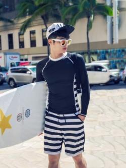 ชุดว่ายน้ำสีน้ำเงินเข้มเกาหลี แต่งลายขวาง เสื้อแขนยาว+กางเกงขาสั้น