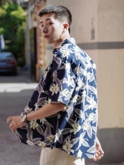 เสื้อเชิ้ตแขนสั้นเกาหลี สกรีนลายใบไม้ทั้งตัว มี2สี