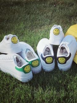รองเท้าผ้าใบหนังหุ้มส้นแบบผูกเชือกสีขาว ด้านหลังอมยิ้ม แต่งรูระบายอากาศ