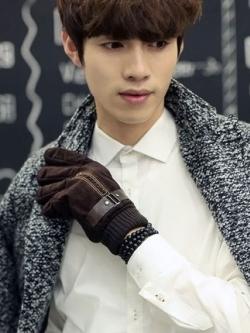 ถุงมือกันหนาวเกาหลี สีน้ำตาลเข้ม กำมะหยี่หนาอุ่นสบาย แต่งสายรัด