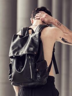 กระเป๋าสะพายหลังสีดำ/กระเป๋าหนัง แต่งช่องด้านข้าง