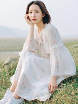 ชุดเดรสยาวสีขาว แขนยาว แต่งลาย ผ้านุ่มใส่สบาย สไตล์เกาหลี