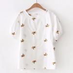 เสื้อผ้าฝ้ายลำลองสีขาว คอกลม ปักลายดอกไม้สีเหลือง บนตัวผ้า