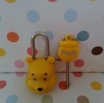 ชุดล๊อคกุญแจ หมีพูห์ Pooh ในชุดมีแม่กุญแจและลูกกุญแจ ขนาดแม่กุญแจสูง 4.5 ซม. ลูกกุญแจสูง 4.5 ซม.