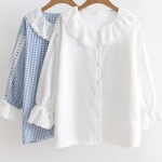 เสื้อแต่งลูกไม้สีขาวที่ปกและแขนเสื้อ