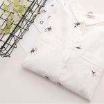 เชิ๊ตขาวปกเล็ก ตัวผ้าปักลายดอกไม้สีชมพู