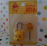 ชุดล๊อคกุญแจ หมีพูห์ Pooh ในชุดมีแม่กุญแจและลูกกุญแจ ขนาดแม่กุญแจสูง 4.5 ซม. ลูกกุญแจสูง 4 ซม.
