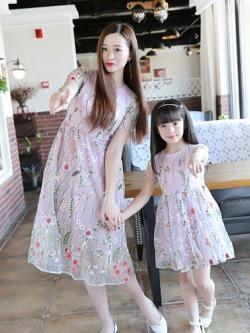 ชุดครอบครัวเซท2ชุด เดรสยาวสีชมพู แต่งลายดอกไม้ทั้งตัว