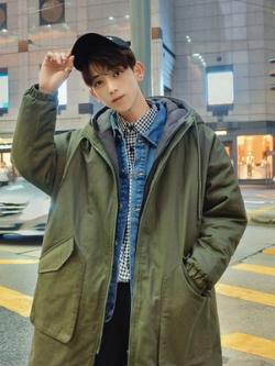 เสื้อฮู้ดแจ็คเก็ตโค้ทเกาหลี ตัวยาวทรงหลวม แต่งกระเป๋าเสื้อ มี2สี