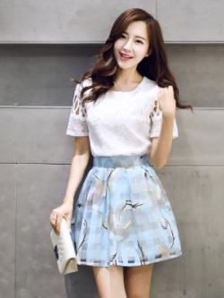 ชุดเซทแฟชั่นเกาหลี สีขาว/ฟ้า เสื้อแขนสั้นฉลุลาย+กระโปรงลายหงษ์
