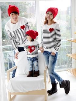 ชุดครอบครัวเซต3ชิ้น ลายขวางขาว/ดำ เป็นเสื้อคอกลมแขนยาว แต่งเสื้อด้วยรูปหัวใจ