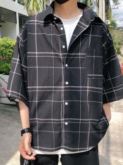 เสื้อเชิ้ตแขนห้าส่วนเกาหลี แต่งลายเส้นตาราง มีกระเป๋าเสื้อ มี2สี