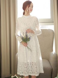 ชุดเดรสยาวสีขาว คอกลม แขนยาว แต่งขอบลูกไม้ถักลายดอกไม้+ผ้าผูกเอว