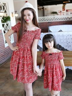 ชุดครอบครัวเซท2ชุด เดรสสั้นสีแดง แต่งคอเสื้อยืดหยุ่น พิมพ์ลายทั้งตัว