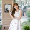 ชุดเดรสเกาหลี ผ้าซาตินเนื้อนิ่ม เงาสวย แขนกุด พื้นสีขาว พิมพ์ลายดอกไม้โทนสีขาว เดรสเข้ารูปช่วงเอว