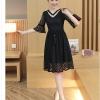 เดรสสีดำ ผ้าลูกไม้ลายเส้นตามแบบ คอเสื้อแต่งด้วยผ้าแยกชิ้นออกมา แต่งด้วยมุกสีขาว