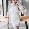 ชุดเดรสสีขาว ช่วงไหล่เป็นผ้าโปร่งซีทรูสีขาว รอบคอเสื้อ ไหล่ แขนเสื้อแต่งด้วย ผ้าถักโครเชต์ลายตามแบบ