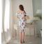 ชุดเดรสสวยๆ ผ้าโพลีเอสเตอร์ผสม พื้นสีขาว พิมพ์ลายดอกไม้โทนสีแดงและน้ำเงิน เปิดไหล่ thumbnail 4