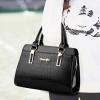 พร้อมส่ง ขายส่งกระเป๋าผู้หญิงถือลายหนังจระเข้ หนังเงา กระเป๋าผู้ใหญ่ถือออกงาน ถือทำงาน รหัส Yi-8002 สีดำ 1 ใบ