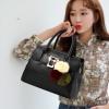 พร้อมส่ง กระเป๋าถือสตรีและสะพายข้าง แฟชั่นเกาหลี รหัส KO-1703 สีดำ 1 ใบ*แถมป๋อม 3 สี